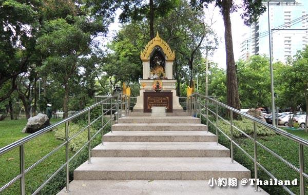 Bangkok Lumphini Park temple.jpg