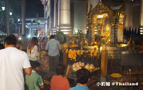 泰國四面佛廣場Erawan Shrine晚上拜.jpg