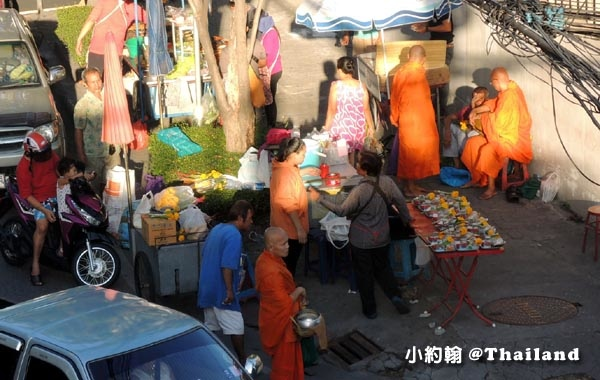Wat Tai  On nut bangkok market和尚化緣.jpg