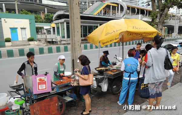 曼谷捷運Chong Nonsi鐘那席站小吃攤.jpg