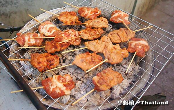 泰國路邊烤豬肉串10泰銖的美味.jpg