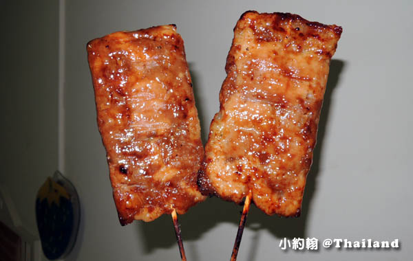 泰國路邊烤豬肉串20泰銖大串.jpg
