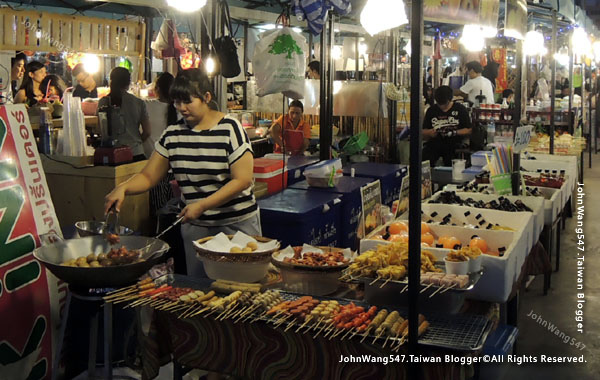 Talad Neon Pratunam Night Market16.jpg