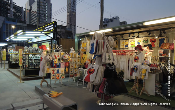 Talad Neon Pratunam Night Market12.jpg