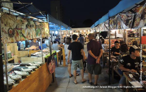 Talad Neon Pratunam Night Market4.jpg
