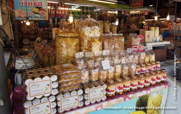 Ban Phe Souvenir Market.jpg