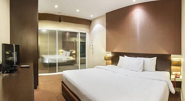 Qiu Hotel Sukhumvit room.jpg