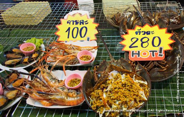 Rayong Banphe night market seafood.jpg