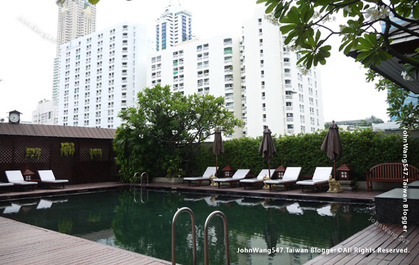 Centre Point Pratunam (Petchburi 15)Hotel pool.jpg