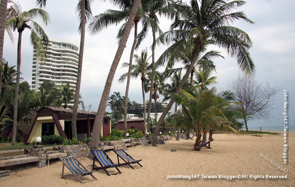 Rayong Chalet Resort Bungalow beach.jpg