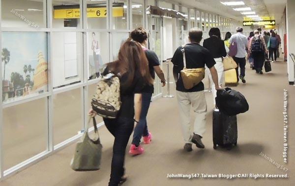 一般航空與廉價航空隨身行李檢查重量限制.jpg