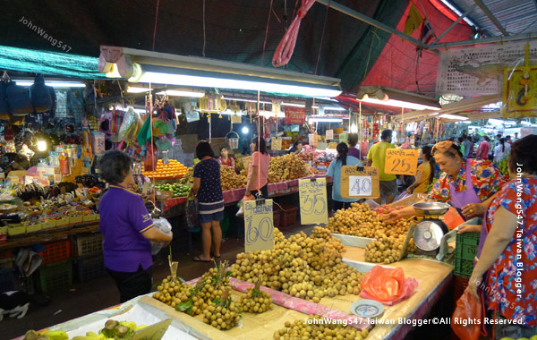 Khlong Toei Market Bangkok.jpg