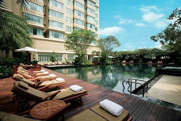 Grande Centre Point Hotel Ratchadamri Bangkok pool.jpg