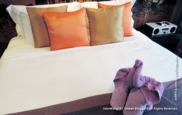 U Chiang Mai hotel room bed.jpg