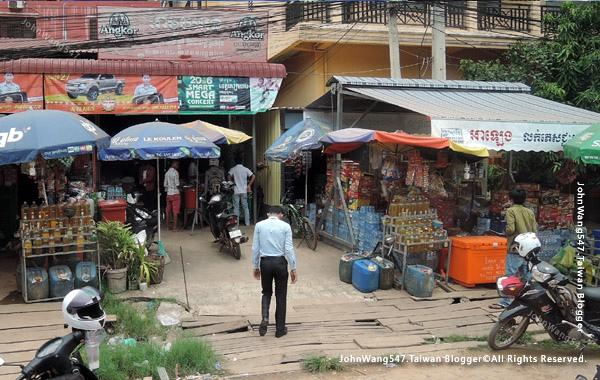柬埔寨吳哥雜貨店 賣瓶裝汽油.jpg