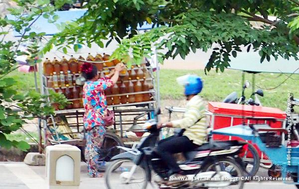 柬埔寨吳哥雜貨店 賣瓶裝汽油1.jpg