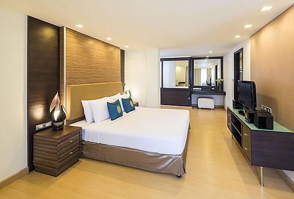 Bangkok Aspen Suites Sukhumvit 2 hotel room.jpg