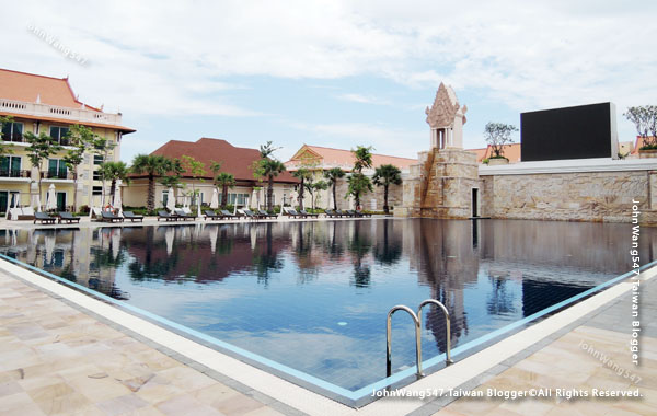 Sokha Siem Reap Resort big pool.jpg