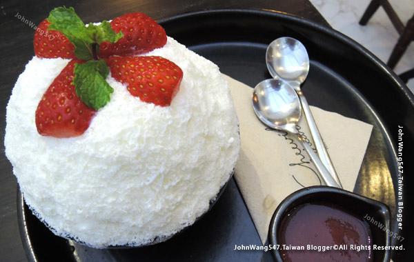 Cheevit Cheeva Bingsu Strawberry Cheesecake.jpg