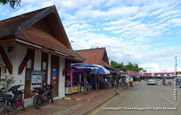 Wat Phra That Lampang Luang market.jpg