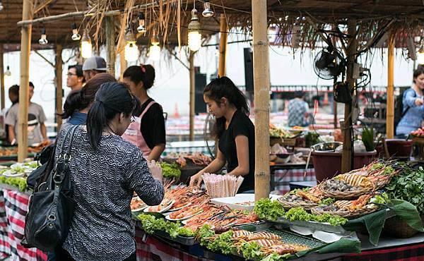 Central Childlom Floating Market2.jpg