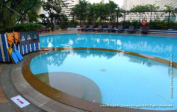 Novotel Bangkok Siam Square Parent-child Hotel pool.jpg