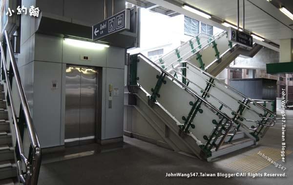 曼谷BTS捷運月台電梯.jpg