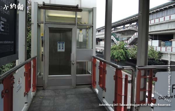 曼谷bts捷運站外電梯.jpg