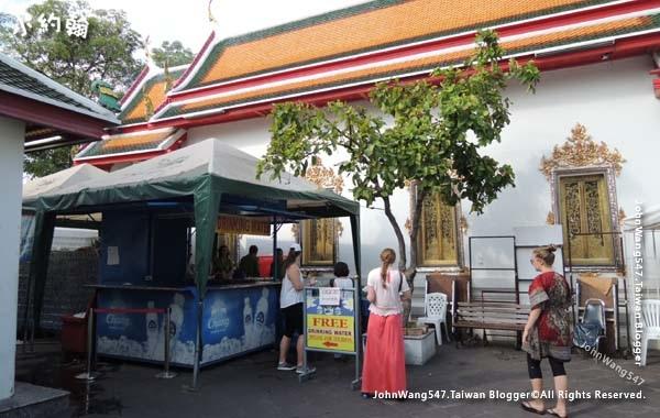 Wat Pho Bangkok free water.jpg