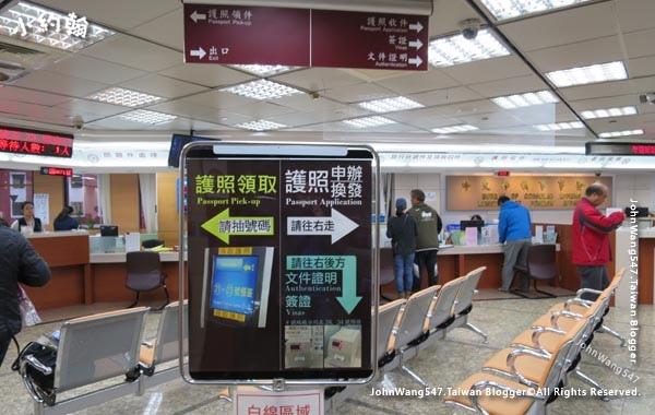 台北外交部2樓申請護照換發領取護照.jpg