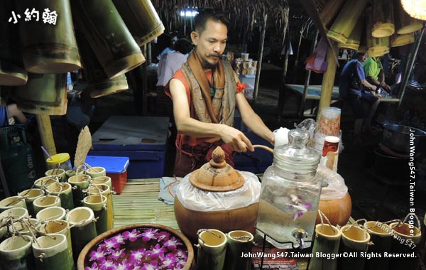 Phanthai Norasing Floating Market Samut Sakhon.jpg