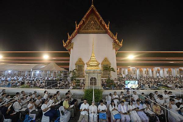 Wat Pho buddhism new year countdown.jpg