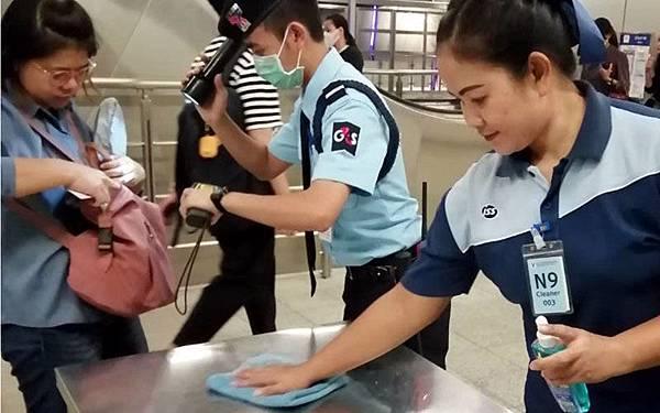 Bangkok BTS Skytrain曼谷捷運消毒工作.jpg