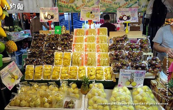 曼谷鐵道夜市Ratchada水果攤.jpg