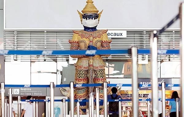 曼谷機場巨大守護神像戴口罩.jpg
