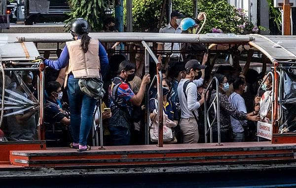 No Social distancing Khlong Saen Saep Express Boat.jpg