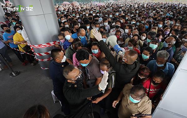 泰國民眾擠爆中央疫苗中心Bang Sue Grand Station.jpg