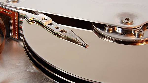 seagate-st33232a-hard-disk-head-and-platters-detail-by-eric-gaba-wikimedia-commons-user-sting-licensed-under-cc-by-sa-30-via-wikimedia-commons---httpcommonswikimediaorgwiki-136396503210403901-150227163924.jpg