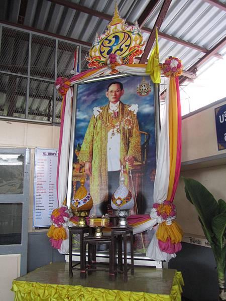 安帕瓦火車站的蒲美蓬國王肖像