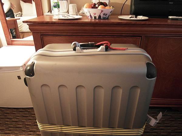02 摔壞的行李箱.JPG