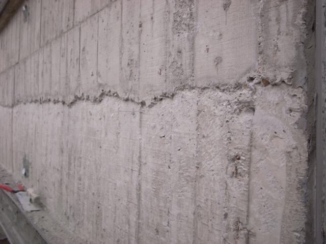 敲打刮除混凝土渣至扎實面