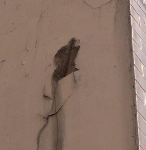 鋼筋鏽蝕撐破牆面