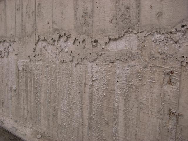 灌漿流下來的混泥土渣-1