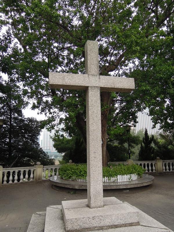 聖母堂外十字架