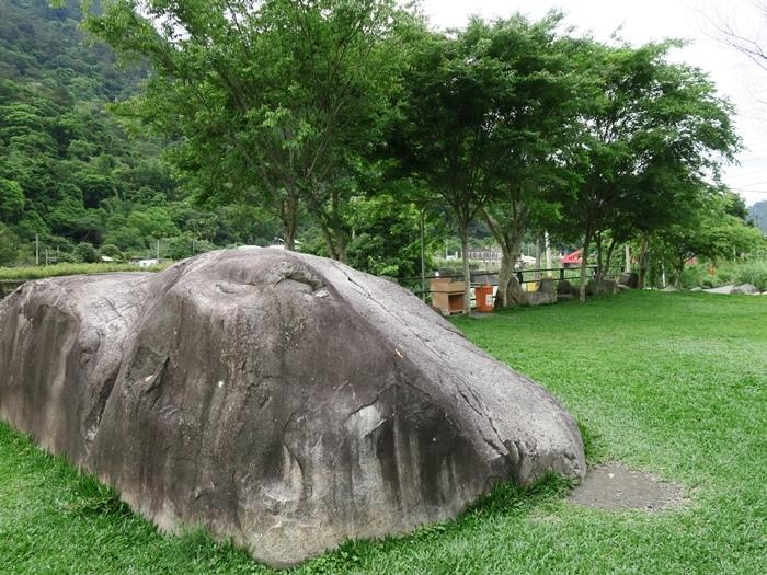 分隔A區和B區的大石頭