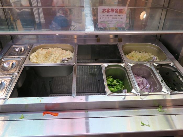 補貨中的沙拉吧