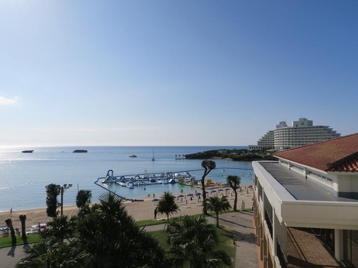 遠處的飯店像艘船,好美!
