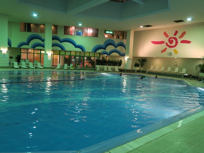 晚上田田去游泳池游了一下