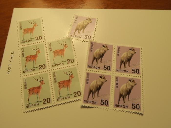 去櫃台買了郵票