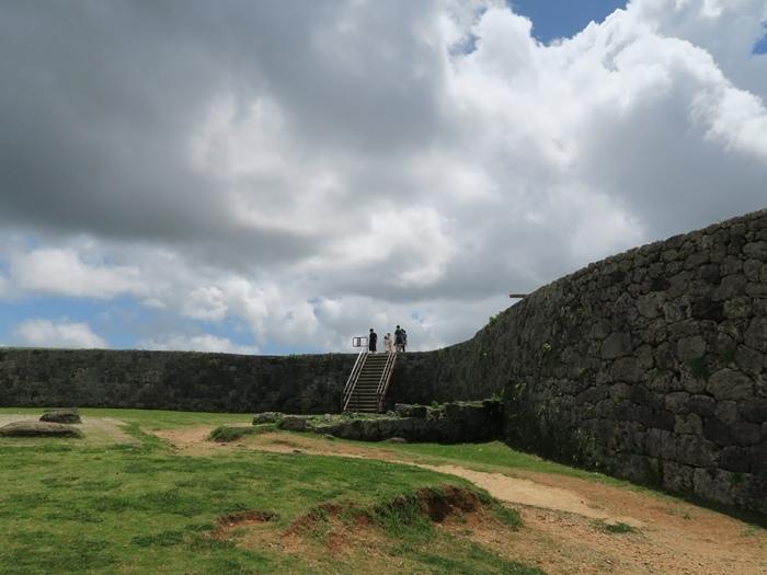 右手邊有上城牆的階梯
